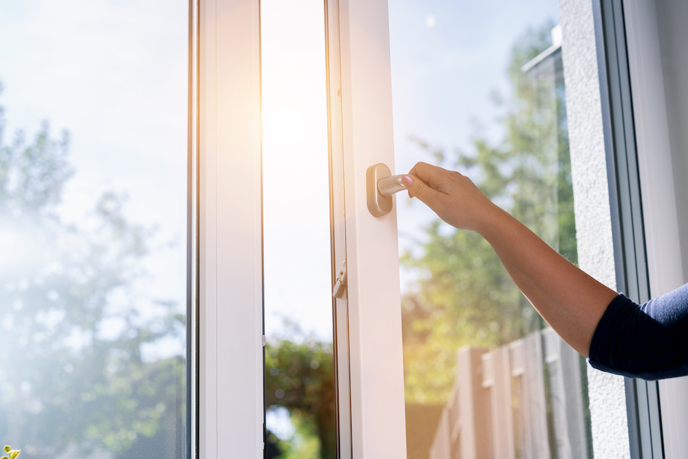 Frau öffnet Fenster