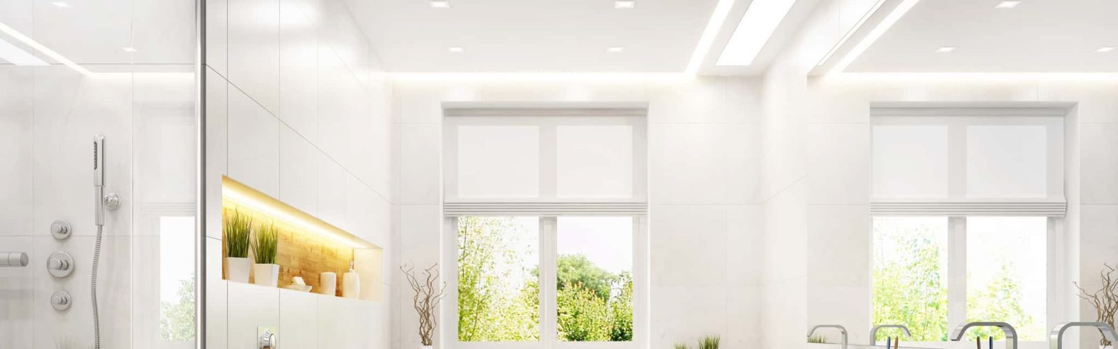 Fenster in hellem Badezimmer