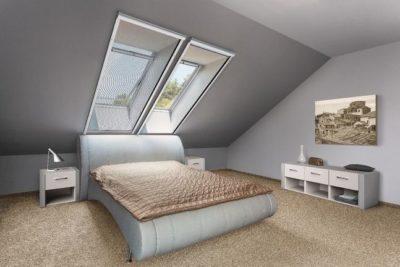 Insektenschutz-Rollo-am-Fenster-in-der-Dachschräge-im-Schlafzimmer